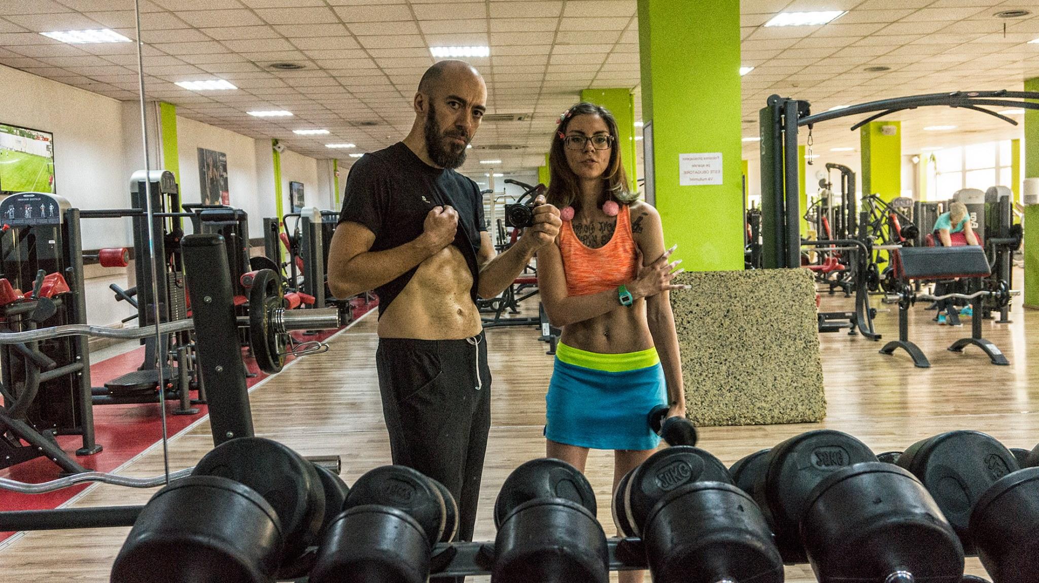 Exerciții abdomen, piept, triceps – flotări, ridicări de picioare – începători